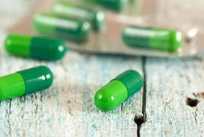 gröna medicinska kapslar foto