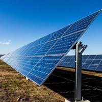 fotovoltaiska solpaneler på fältet foto