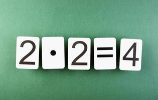 skolkort med matematiska problem på bordet foto