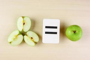 skolkort och äpple med matematiska problem foto