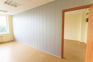 tomt litet kontorsrum foto