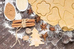 förbereda pepparkakakakor med ingredienser foto