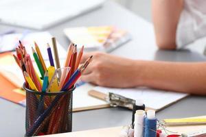 närbild Visa färgglada pennor och trådar foto
