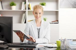 affärskvinna som arbetar på kontoret foto