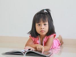 barn som läser foto
