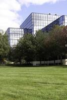 kontor eller medicinsk byggnad exteriör med gräsmatta foto