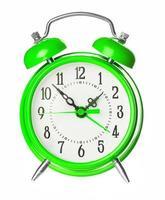 grön gammal stil väckarklocka isolerad på vitt foto
