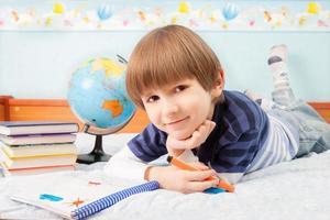 pojken med färgfilt foto