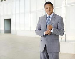 afroamerikansk affärsman bredvid modern kontorsbyggnad foto