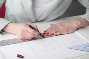 arkitekt som arbetar med ritning foto