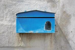 blå brevlåda foto