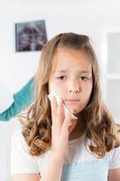 tjej med tandvärk foto