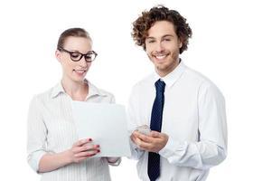kollegor som granskar affärsrapporter