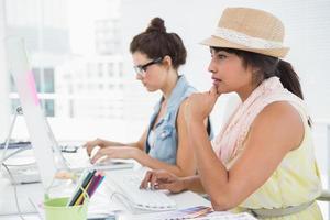 koncentrerade kollegor som skriver på tangentbordet foto