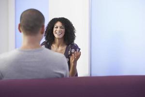 avslappnad affärskvinna som pratar med kollega foto