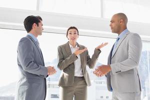 affärskollegor som har en oenighet foto