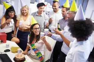 firar en kollegas födelsedag på kontoret foto