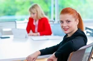 attraktiv affärskvinna i office med kollega foto