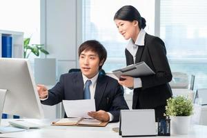koreansk chef och hans assistent foto