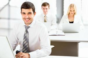 attraktiv affärsman på ett kontor foto