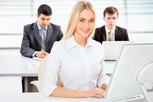 vacker affärskvinna på ett kontor foto