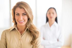 porträtt av vacker ung affärskvinna på kontoret foto