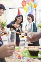 affärsfolk som har champagne på kontorsfesten foto