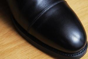svart läder klassisk sko på ett dansgolv foto
