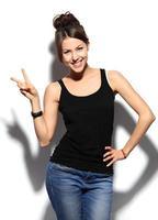 lycklig le affärskvinna med ok handtecken foto