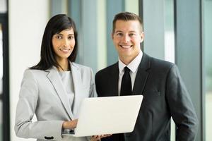 unga företagsledare på kontoret foto