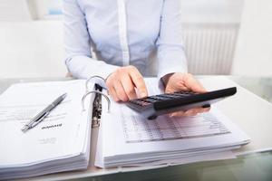affärsman som kontrollerar en faktura på kontoret foto