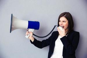 vacker ung affärskvinna med megafon foto
