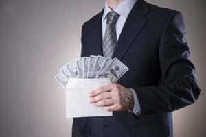 affärsman med pengar i studion. korruptionskoncept. hundra dollar räkningar foto