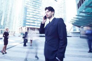 affärsman som talar i mobiltelefon