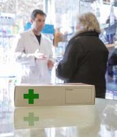 kvinna som deltas av en farmaceut foto