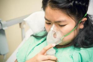 liten flicka på sjukhus foto