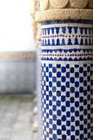 blå och vita orientaliska mönster vid en pelare
