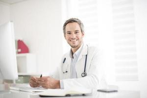 ung läkare på sitt kontor foto