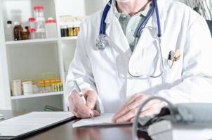 läkare skriver ett recept