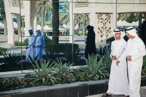 grupp arabiska affärsmän utomhus foto