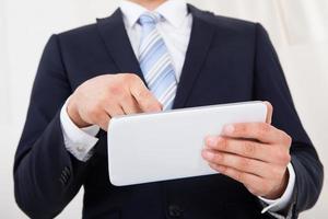 affärsman som använder digital tablet i office foto