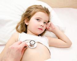 liten flicka och läkaren för en undersökning foto