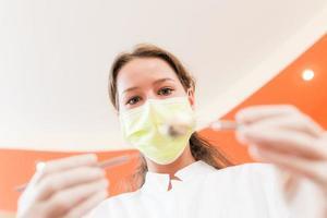 kvinna tandläkare med mask foto