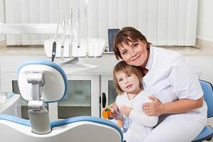 tandläkare och tålmodig leende foto