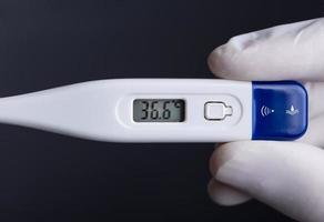närbild av elektronisk termometer foto
