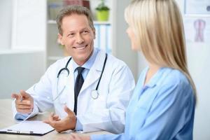 professionell läkare som undersöker sin patient foto