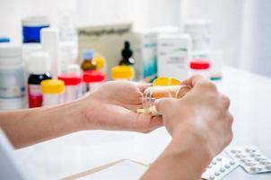 apotekare som håller medicinbehållare foto