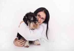 kvinna veterinär med miniatyr schnauzer foto
