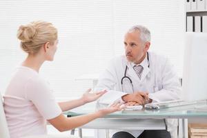 patient som konsulterar en seriös läkare foto