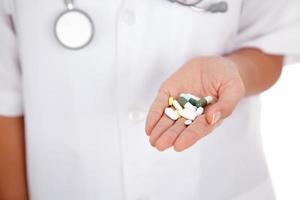 läkare med medicin på handflatan foto